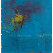 Skulptur auf blauem Hintergrund